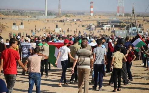 כ-7,000 מחבלים מתפרעים בגבול עזה ומשליכים מטענים, 2 מחבלים שחצו את הגדר נעצרו