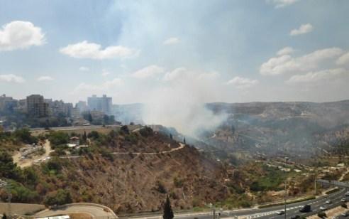 12 צוותי כיבוי ורביעיית מטוסים פעלו בשריפת חורש וצמחייה בליפתא בירושלים – קו הרכבות הופסק לזמן קצר