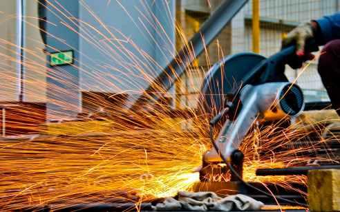 פועל נפגע ממסור דיסק במהלך עבודות שיפוצים בבני ברק – מצבו בינוני