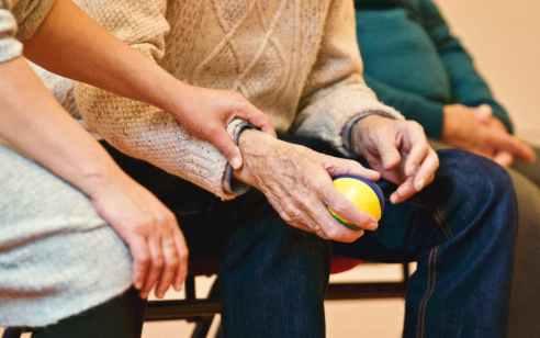 מטפלת פיליפינית נעצרה בחשד שתקפה והתעללה בקשישה בת 89 ברמת השרון