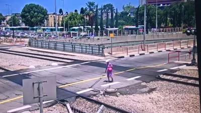 צפו בתיעודים: פורצים בניגוד לחוק לשטח מפגש הכביש מסילה, לאחר הפעלת כל אמצעי האזהרה וירידת המחסום, חוצים פס הפרדה רצוף, וגורמים לעיכוב בתנועת הרכבות