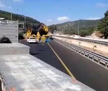 צפו: כביש 6 נחסם לתנועה ממחלף יקנעם לדרום בעקבות תאונה ומטען שנשמט ממנה – אחרי מספר שעות הכביש נפתח