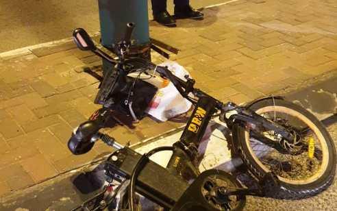 רוכב אופניים חשמליים התהפך לאחר שפגע בחתול שקפצץ לכביש בעכו – מצבו בינוני