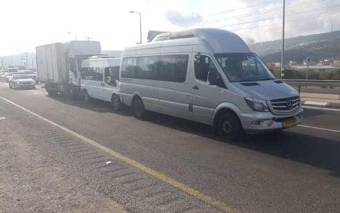 25 פצועים קל בתאונה בין 2 מיניבוסים ושלושה רכבים בכביש 65 סמוך לערערה