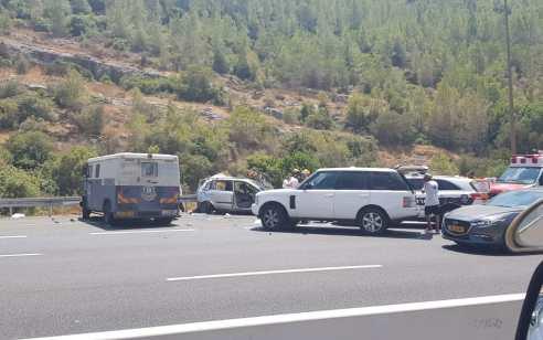 שישה פצועים, בהם אחד קשה, בתאונה בין משאית ברינקס לרכב בסמוך לשער הגיא