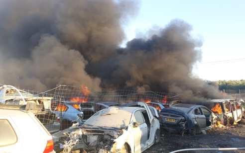 צוותי כיבוי פעלו בשריפת מגרש גרוטאות בכפר ג'ת – 15 כלי רכב עלו באש