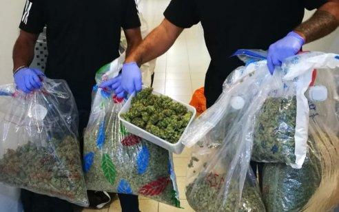 """נעצרו שני חשודים בסחר בסמים בראשל""""צ: בדירתם אותרו מעל 10 ק""""ג מריחואנה ו-₪190,000 במזומן"""