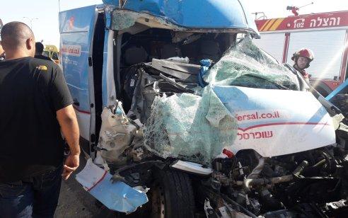 שני גברים נפצעו קשה בתאונה בין אוטובוס לרכב מסחרי בבאר שבע