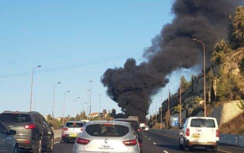 עומס תנועה כבד בכביש 1 לכיוון ירושלים סמוך למחלף שורש עקב אוטובוס שעולה באש – תיעוד