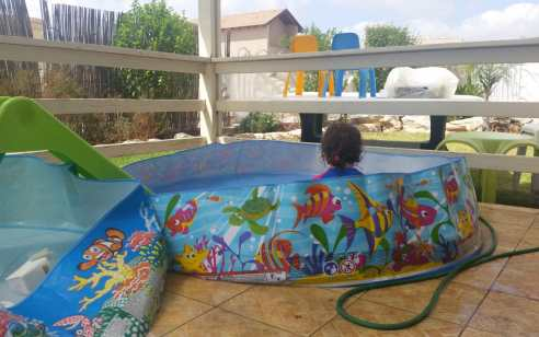 תינוק בן שנתיים טבע למוות בבריכה בבית פרטי ברעננה