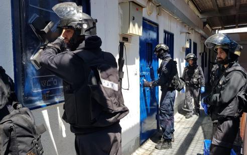 התקנת חסמים סלולריים: 23 מחבלים מכלא רמון נשלחו לתאי בידוד לאחר שפתחו בשביתת רעב