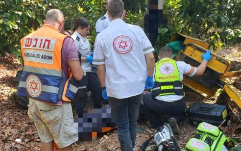 פועל בן 19 נפצע בינוני מכלי חקלאי שהתהפך סמוך לקיבוץ ראש הנקרה
