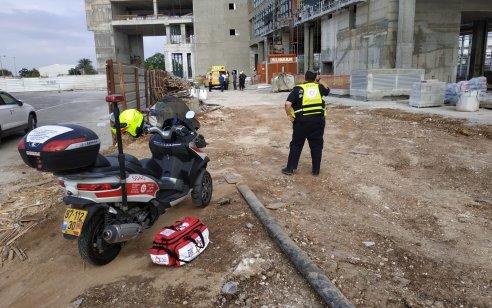 פועל בן 37 נפל ממרפסת באתר בניה בראש העין – מצבו בינוני