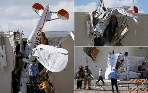 """מטוס קל התנגש בחומה בבניין בשדה התעופה """"אק-צ'ן"""" במדינת אריזונה בארה""""ב – הצוות שרד ללא פגע"""