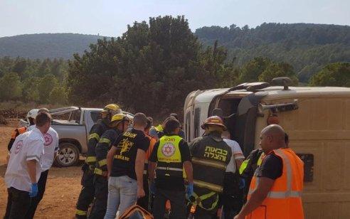 נהג כבן 20 נפצע בינוני בהתפכות משאית סמוך לכביש 804