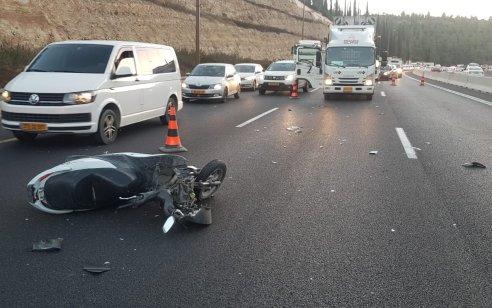 רוכב אופנוע כבן 20 נהרג בתאונה עם רכב בכביש 1 סמוך לשער הגיא