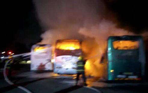 צפו: מספר אוטובוסים ומשאית עלו באש בחניון סמוך לגני יהושוע – הנסיבות נבדקות