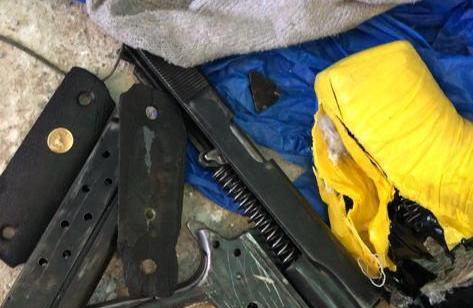 """המאבק באמל""""ח הלא חוקי: אב ובנו תושבי רהט נעצרו בחשד להחזקת פריטי אמל""""ח לא חוקיים רבים – תיעוד"""