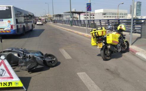 רוכב אופנוע בן 62 נפגע לאחר שהחליק בתל אביב – מצבו בינוני