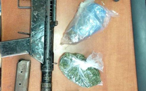 """המאבק בעבירות האמל""""ח הבלתי חוקי והאלימות: נתפסו ברהט רובה """"קרלו"""", מחסנית, 2 מטעני צינור וסמים – 5 חשודים נעצרו"""