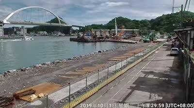 צפו: גשר באורך של 140 מטרים התמוטט במזרח טייוואן ומחץ סירות