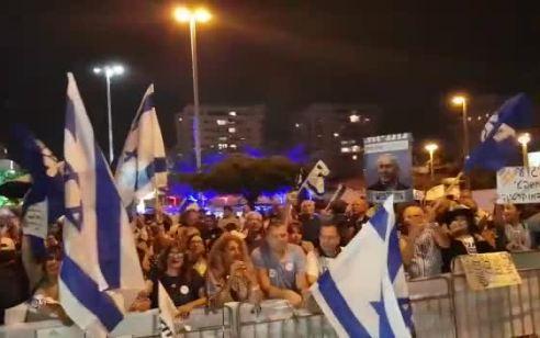 """מחאת מול ביתו של היועמ""""ש בפתח תקוה: שלושה מפגינים נעצרו בחשד לתקיפת שוטר והפרת סדר"""