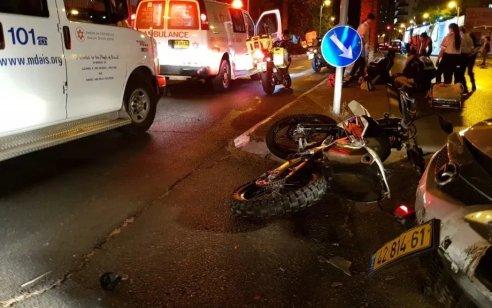 רוכב אופנוע כבן 20 נפצע קשה לאחר שהחליק בתל אביב