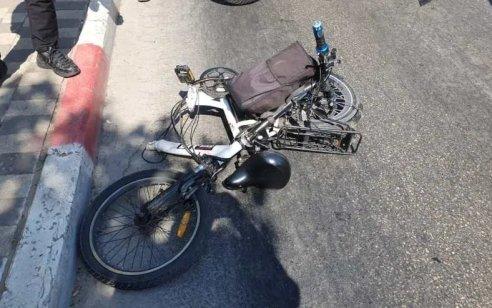 רוכב אופניים חשמליים בן 67 נפגע מרכב בכביש 4 סמוך לגנות – מצבו בינוני