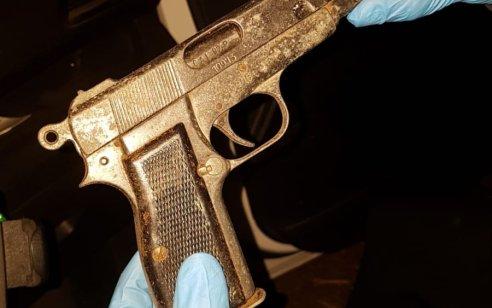 ארבעה ערבים תושבי הכפר מצר נעצרו לאחר שהחזיקו בתוך הרכב בו ישבו אקדח מסוג fn