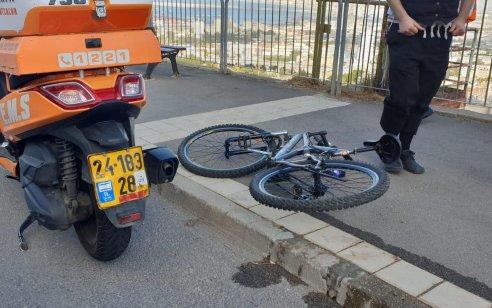 רוכב אופניים איבד שליטה במהלך רכיבה בחיפה – מצבו קשה