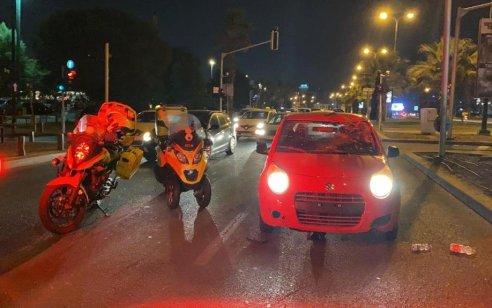 רוכב אופניים חשמליים בן 16 נפגע מרכב בתל אביב – מצבו בינוני