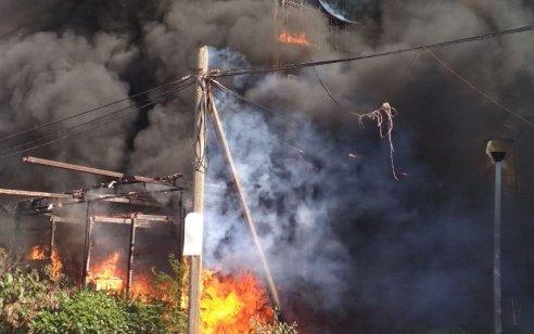 תיעוד: מספר דירות עלו באש בשריפת בניין בבני ברק – אין נפגעים