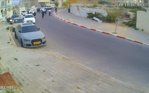 תיעוד: 7 צעיריםעוכבו לחקירה הערב בבית שמש לאחר שתקפו 2 אזרחיםכשהעירו להם על אופן הנהיגה