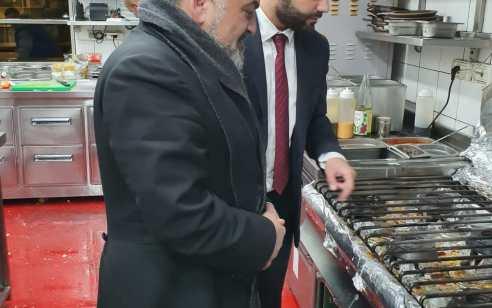 """איגוד הרבנים מזהיר את הציבור: אכילה במקומות המוצגים בשלטים עם המילה """"כשר"""" אינה מעידה על כשרות המזון."""