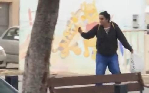 תושבת לוד בת 37 נעצרה לאחר שהשפריצה גז מדמיע על שוטרים ועוברים ושבים – ואיימה בסכין   תיעוד