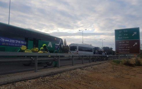 תשעה פצועים קל בתאונת שרשרת בין אוטובוס לשני מיניבוסים בכביש 2 לכיוון דרום