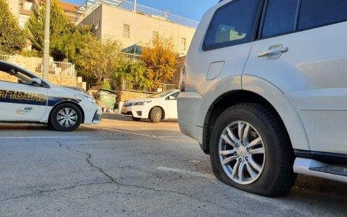 פשע שנאה ערבי בירושלים: צמיגיהם של 12 רכבים נוקבו בשכונת רמות – המשטרה פתחה בחקירה