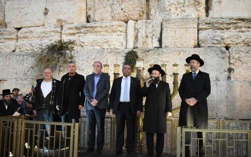 ראש עיריית ירושלים משה ליאון הדליק נר ראשון של חנוכה עם המשפחות השכולות בכותל המערבי