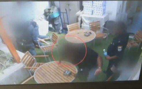 תיעוד: שוטר שהבחין בחבריו מכים עצור – רץ להסתיר את המצלמה ובעט בעצור נוסף