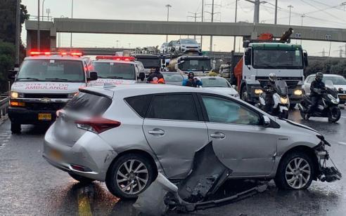 נהג רכב כבן 35 איבד שליטה ופגע בגדר בכביש 4 סמוך למחלף גנות – מצבו בינוני