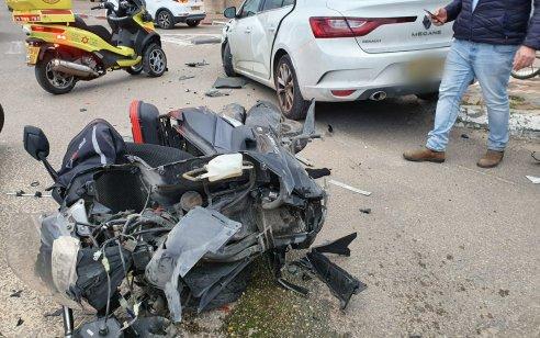 רוכב אופנוע כבן 40 נפגע מרכב בפתח תקווה – מצבו בינוני