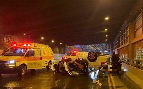 """הקטל בכבישים נמשך: נהג מונית כבן 65 נהרג בהתהפכות רכב מתחת למחלף השלום בת""""א"""