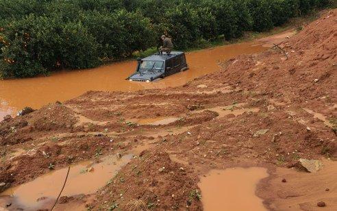 חייל חולץ ללא פגע לאחר שנתקע עם ג'יפ צבאי בשלולית בשטח פתוח בכפר יונה