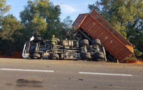 אישה נהרגה ושניים נפצעו בינוני בתאונה בין משאית לרכב בצומת גבולות