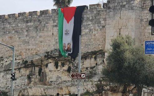 """בזיון: דגל אש""""ף נתלה על חומות ירושלים – תיעוד"""