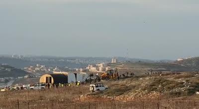 כוחות הגיעו לשכונת קומי אורי ביצהר והרסו את בתי משפחות זארוג וגוזלן – 2 מפגינים נעצרו | צפו