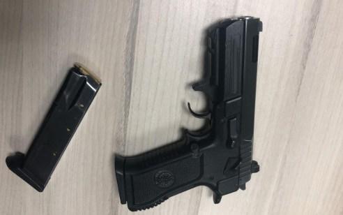 לוד: שני חשודים נעצרו עם אקדח ברכב