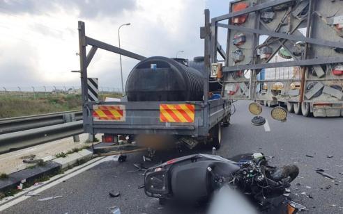 רוכב אופנוע בן 24 נהרג בתאונה עם משאית בכביש 443
