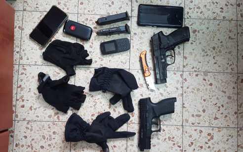 הלילה נעצרו באשקלון 3 חשודים ונתפסו 2 אקדחים עם מחסניות בתוכם וסכין