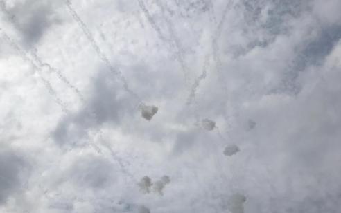 הירי לעוטף חודש: 6 רקטות נורו וחמישה ייורטו – אישה לקתה בחרדה, נזק נגרם לרכב
